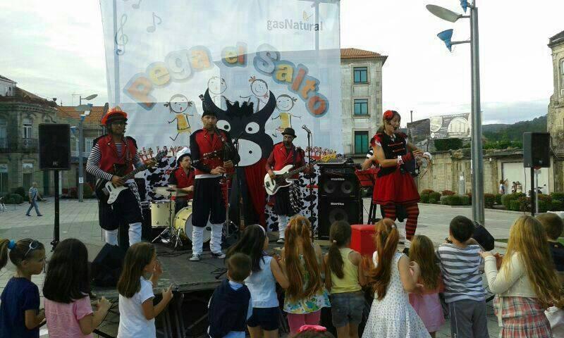 En este momento estás viendo Uxía Lambona e a Banda Molona en Ponteareas